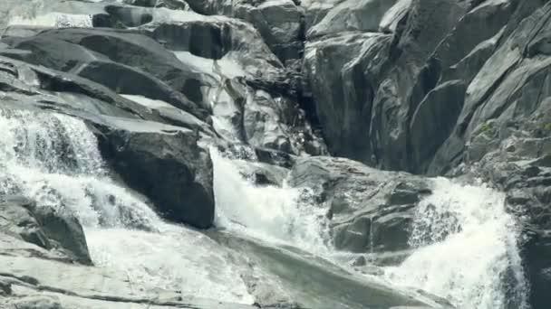 Proud řeky tekoucí na velké kameny v horských vodopád. Krajina tekoucí vody z řeky rocky v horských vodopád