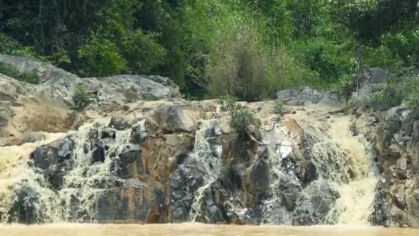 Stream-Wasserfall auf großen Steinen im Gebirgsfluss fließt. Landschaft Wasser Strömung von Gebirgsfluss in Wasserfall-Kaskade