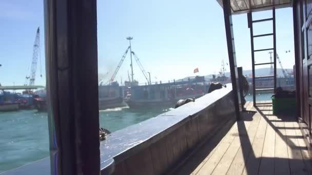 Loď plující do námořního přístavu. Pohled z desky plující lodi na osobní lodě do námořního přístavu.