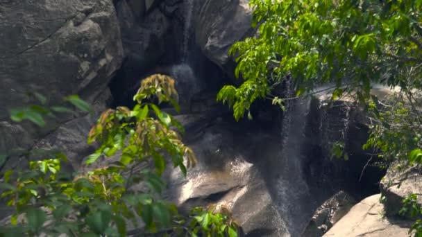 Skalnatý vodopád teče na horský les. Horský vodopád stříkající na velkých kamenů v zeleném lese. Datový proud rocky řeka, která teče v tropické džungli