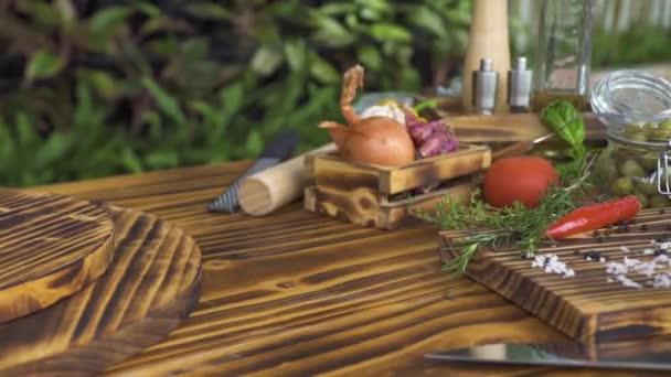 Zblízka zelenina, sýr parmezán a byliny pro vaření na stole. Tecking střílel zeleninu, byliny, koření, olivový olej, sůl, pepř pro vaření jídla středomořské kuchyně
