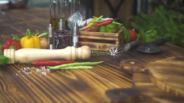 Složení potravin z barevné zeleniny, koření a bylin na dřevěný stůl. Zblízka čerstvá rajčata a papriky, sůl a olivový olej pro středomořské kuchyně. Zdravá výživa a dietní koncepce