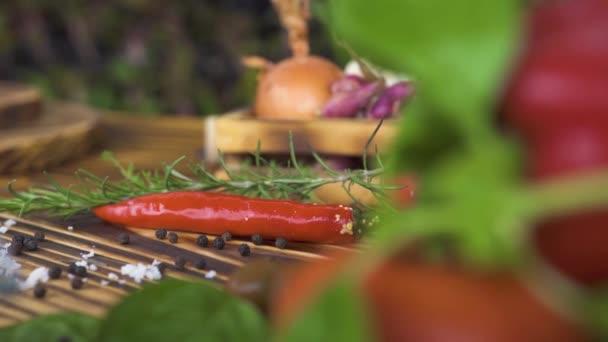 Red hot chili pepper, bylinkové koření na zeleninové pozadí zblízka. Čerstvá zelenina a koření pro italskou kuchyni. Surovina pro vaření potravin