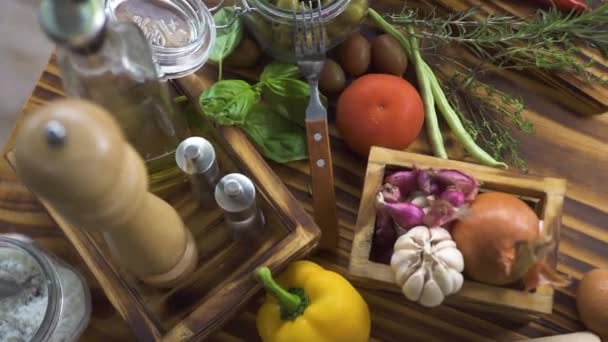 Composizione degli alimenti da verdure colorate, uova, farina per la cottura vista superiore spaghetti italiani. Lingrediente pepe, pomodoro, uova e farina per la cucina mediterranea. Primo piano sfondo dellalimento