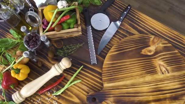 Vista dallalto la composizione del cibo sulla tavola di legno. Verdura fresca della priorità bassa del cibo, condimenti, erbe, uova e farina per la preparazione pizza o spaghetti. Ingrediente per la pasta italiana. Carrellata