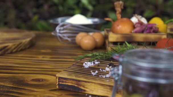 Az élelmiszer-összetétel, a színes zöldségek, a fűszerekkel, a liszt és a tojás a fából készült asztal. Vegetale háttér követés lövés. Összetevő az ételt a konyhába asztal. Egészséges táplálkozás és a fogyókúra.
