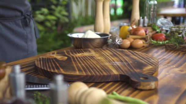 Syrové kuřecí řízek na dřevěné desce s zeleninou a potraviny pro vaření. Čerstvé kuřecí řízek pro vaření. Kuřecí maso, zelenina, vejce, mouku a kuchyňské zázemí. Příprava potravin concept