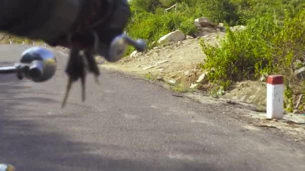Motocyklista ruce na řídítka motocyklu při jízdě na silnici. Muž motocyklista jízda na motocyklu.
