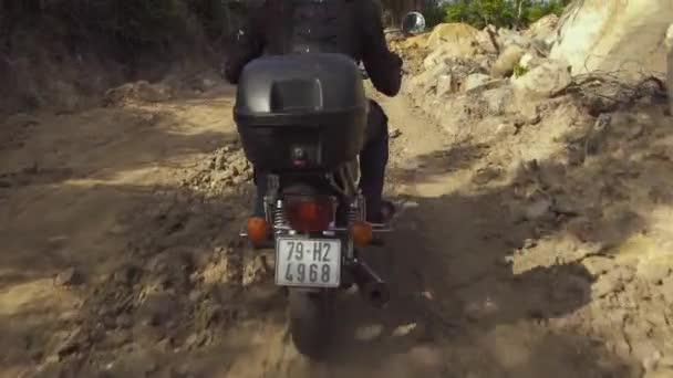 Muž motocyklista jízdy na motorce na terénní auta. Muž motocyklista jízda na motocyklu na příměstskou silnici
