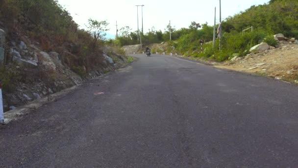 Motocyklista, jízda na motocyklu na horské silnici zblízka. Muž motocyklista jízdy na motorce na klikaté silnici v horách