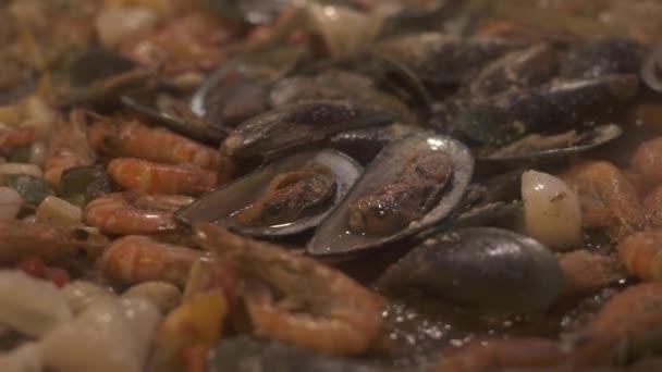 Čerstvé mušle, kalamáry a krevety smažení na pánvi. Lahodné plody moře připravují v restauraci italské kuchyně. Mořské plody Španělská paella. Jídlo koncept. Vaření potravin closeup.