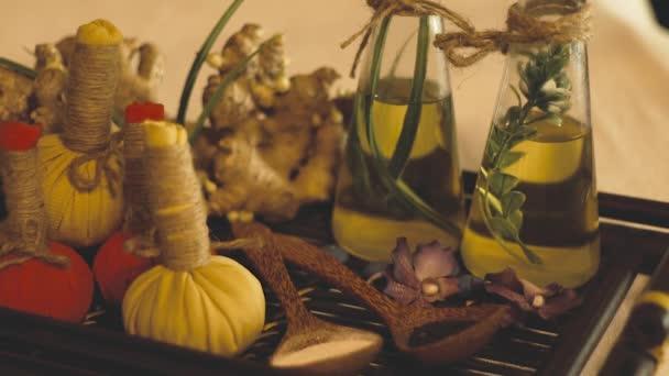 Spa a masážní kompozice. Aromatický olej s bylinkami a květy pro masáž a odpočinek ve spa salonu. Péče o tělo a pleť. Zen a koncepce.