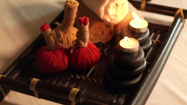 Spa und Körper massage Zubehör. Decotarion von brennenden Kerzen, Steinen für Körpermassage und Kräuter im Wellness-Salon. Aroma-Therapie und Entspannung. Körper-und Hautpflege