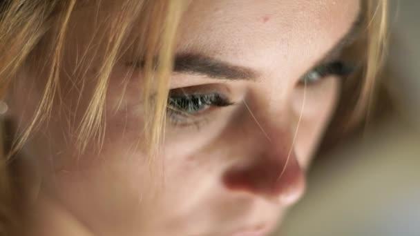 Közelről arc nő keresi meg. Portré szomorú nő. Női arc, a szemek, a szempillák és a eyesbrows. Természetes szépség és a smink.