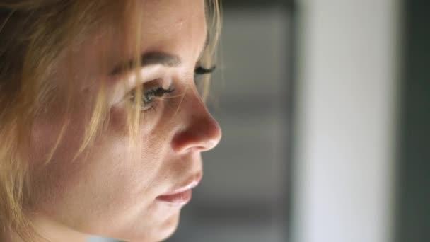 Portré szomorú nő. Közelről női arc, a bőr, a szem, a szempillák és a eyesbrows. Természetes szépség és a smink