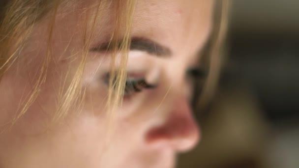 Közelről női arc, a szemek, a szempillák és a eyesbrows. Természetes szépség és a smink. Portré látszó nő.