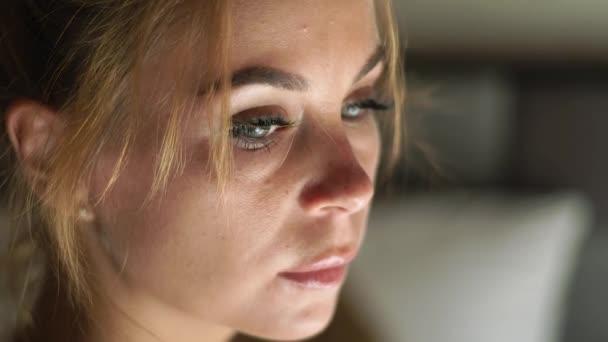 Közelről női arc, a bőr, a szem, a szempillák és a eyesbrows. Természetes szépség és a smink. Portré látszó nő.