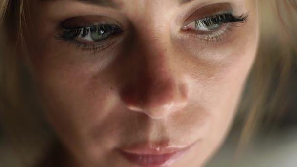 Portré szomorú nő gondolkodás és a kamerába néz. Közelről női arc, a bőr, a szem, a szempillák és a eyesbrows. Természetes szépség és a smink