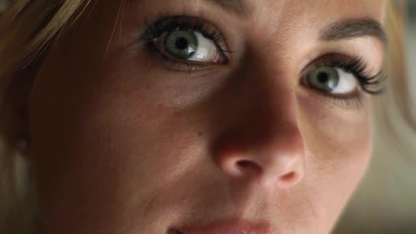 Arca nő keres, hogy a kamera közelről. Portré szomorú nő. Női arc, a szemek, a szempillák és a eyesbrows. Természetes szépség és a smink.