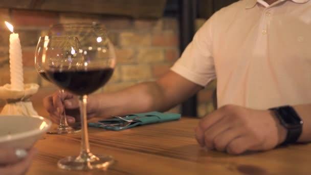 Servírka obsluhující muž u stolu při večeři v elegantní kavárně. Muž stále objednat jídlo v restauraci. Romantická večeře pro dva v restauraci.