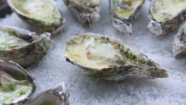 Austern mit Käse und Kräutern auf Teller im Fischrestaurant gebacken. Nahrungsmittelzusammensetzung. mediterrane Küche mit Meeresfrüchten. Restaurant-Menü und Lebensmittel Hintergrund.
