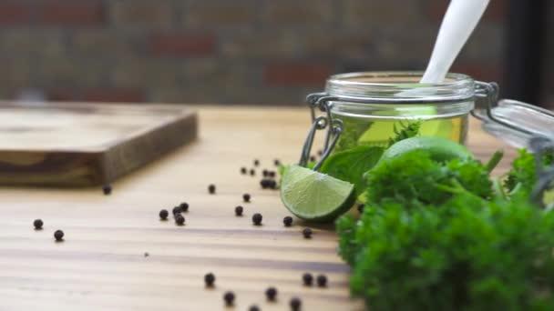 Koření, černý pepř, sůl a olivový olej na dřevěný stůl. Zblízka koření pro vaření potravin na kuchyňském stole. Přírodní surovina pro přípravu pokrmů. Složení potravin.