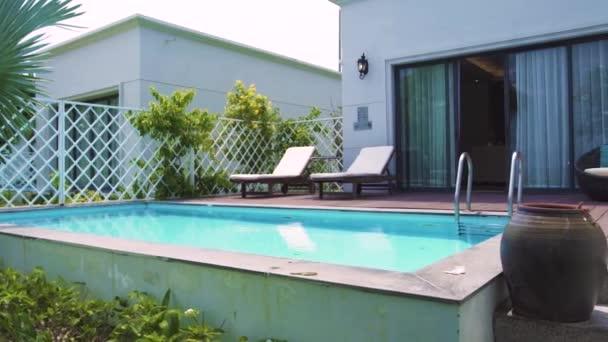 Modernes Haus mit Swimmingpool auf luxuriösem Villenblick vom Garten. Architektur Luxusvilla mit Pool und Veranda zum Entspannen in der Nähe tropischer Palmen im Garten.