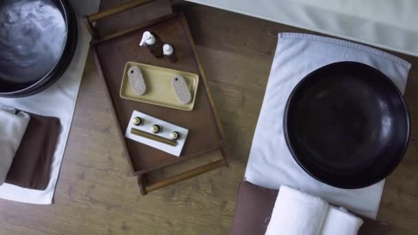 Lázně pro pedikúru v luxusním lázeňském salonu. Lázeňská skladba v salonu krásy pro péči o nohy, pedikúru a léčbu. Relaxace, masáže, tělesná péče a aromatická terapie.
