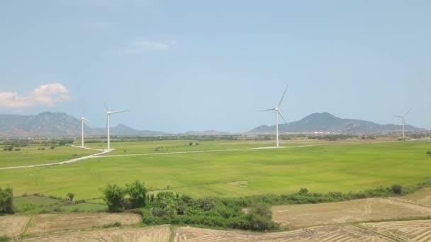 Vista drone aerea sulla centrale eolica in campo verde e montagna. turbina per mulini a vento, generando energia eolica. Tecnologia verde, soluzione per lenergia pulita e rinnovabile. Fonte di energia alternativa.