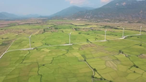 Drone megtekintéséhez szélmalom turbina területén a hegyvidéki táj. Szélerőmű állomás generál tiszta, megújuló energiaforrások. Szélenergia növény áramturbina. Alternatív energia-és ökológia koncepció
