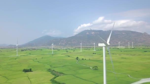 Drohnen-Blick-Windkraftwerk in grüner Wiese auf Berglandschaft. Windkraftturbine, die Windkraft-Luftaufnahme erzeugt. Alternative Energiequelle Ökologie und grüne erneuerbare Energielösung.