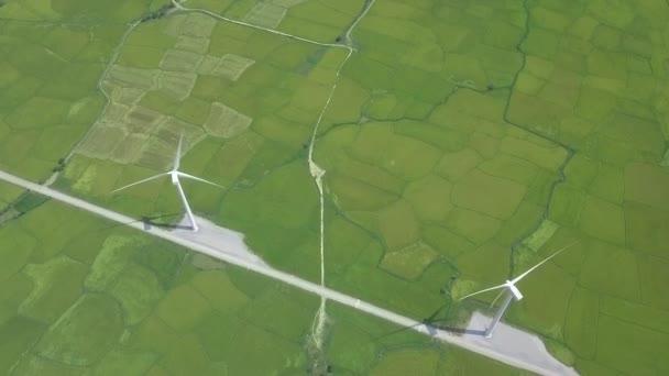 Větrné turbíny na zeleném zemědělském poli Dron View. Generátor větru na anténním zobrazení alternativní stanice. Větrná turbína pro výrobu přírodní energie. Obnovitelná energie a ekologie.