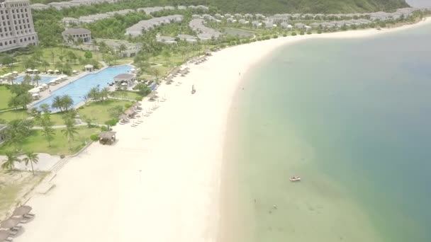 Hotel resort di lusso sulla spiaggia tropicale del mare con vista drone piscina. Hotel turistico paesaggio aereo con piscina e sulla riva del mare blu.