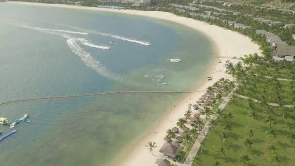Menschen, die auf dem Wasserfahrrad in blauem Meer Luftaufnahme fahren. Drohnen sehen Menschen, die auf Jetski-Wasserfahrrädern fahren. Wassersport in den Sommerferien. Aquatics Motorsport. Jet-Ski im offenen Wasser.