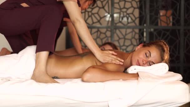 Koncepce tělesné masáže. Žena pobírající olejovou masáž v lázeňském salonu. Mladá žena relaxace v letovisku lázeňského centra. Tělesná relaxace a péče o pokožku