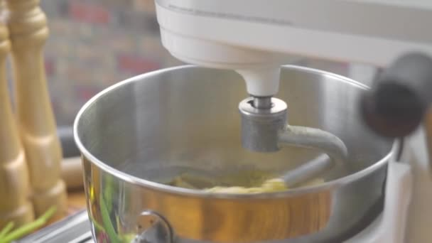Dagasztás tésztát Dagasztógép gép házi pite. Konyhai keverő, hogy a tésztát cukrászati tészta. Hozzávalók kenyérsütés. Főzés élelmiszer-koncepció.
