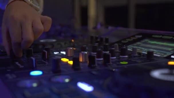 Közelről DJ Deck és hangkonzol a ház zenei éjjel Club Party. DJ vezérlő a zene és a színes fény keverő nightclub. Lemezlovas panel és keverő pakli dance party.