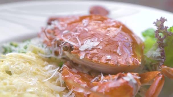 hautnah italienische Pasta mit roten Krabben, frischem Kraut und Käse auf weißem Teller. traditionelle Pasta mit Meeresfrüchten im italienischen Restaurant. Lebensmittel-Design Hintergrund. Hohe Küche.