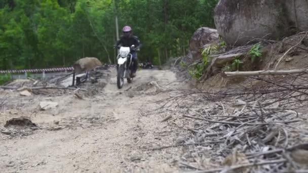 Motocyklista jezdí na motorce na horské silnici. Moto motorker na motocykl na horské silnici. Moto Sport a cestování. Životní styl motocyklů.