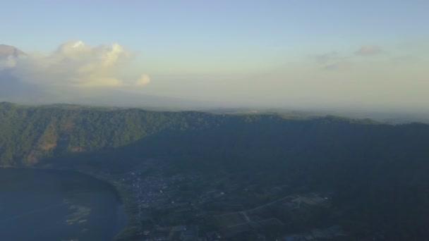 Scenic kilátás dombok és hegyek felhők ég és a tó a nyári napon.