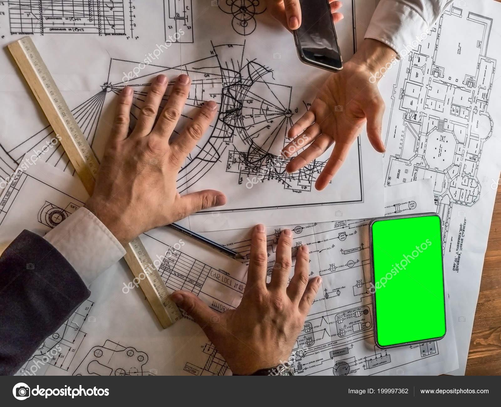 Ingénieur d architectes discutant sur le bureau avec le plan d