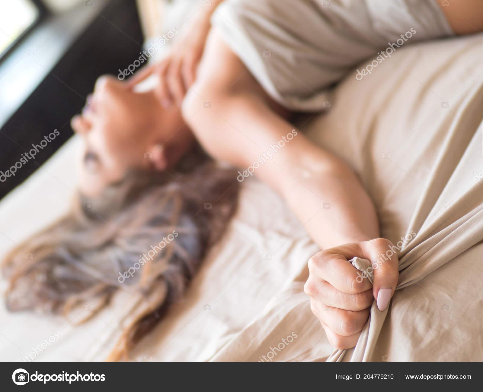 femme parfaite au lit