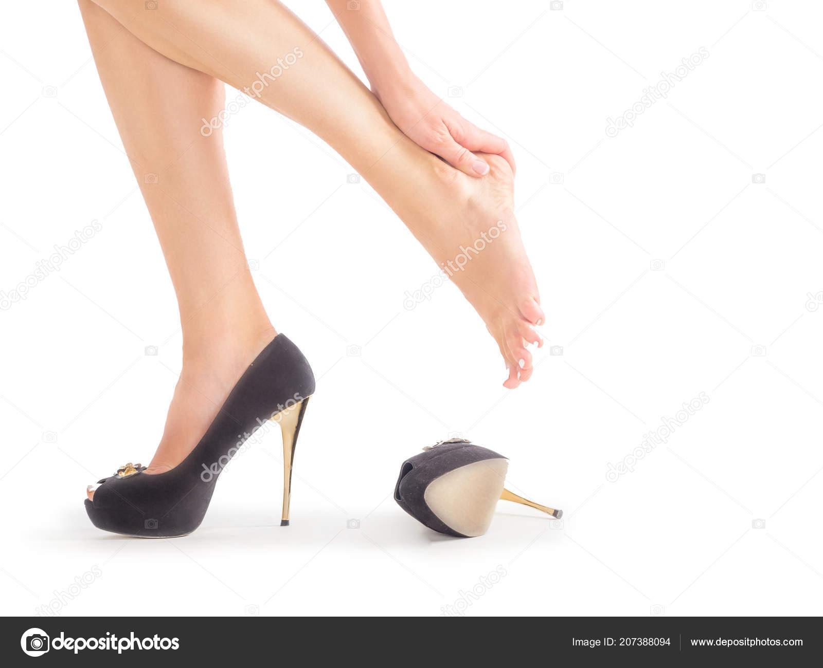 a784cab92cd ženské nohy v bolestech po nosit vysoké podpatky — Stock Fotografie ...