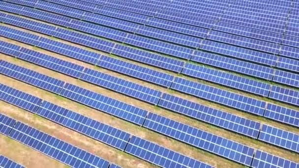 Luftaufnahme von Sonnenkollektoren Farm Solarzelle mit Sonnenlicht. Drohnenflug über Sonnenkollektoren Feld erneuerbare grüne alternative Energiekonzepte