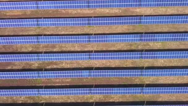 Letecký pohled na průmyslové solární panely