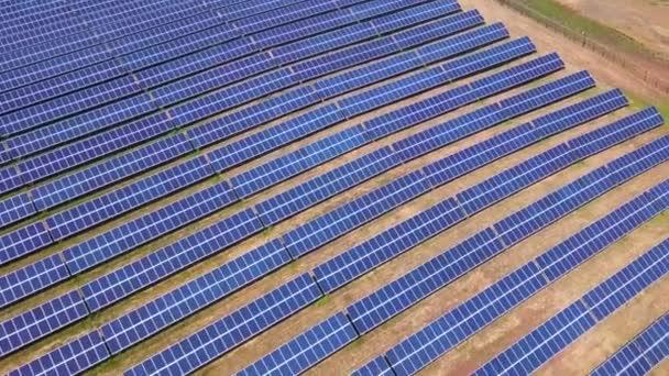 Letecký pohled na solární panely Farm, solární článek, se sluneční světlo. DRONY letu letět přes solární panely pole obnovitelné zelené alternativní energetické koncepce
