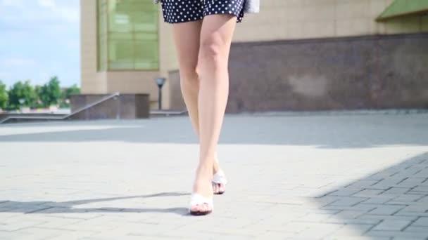 Sexy žena nohy v botách vysoké podpatky v městské ulici. Steadicam stabilizované výstřel, ženské nohy v botách na vysokém podpatku, zblízka.