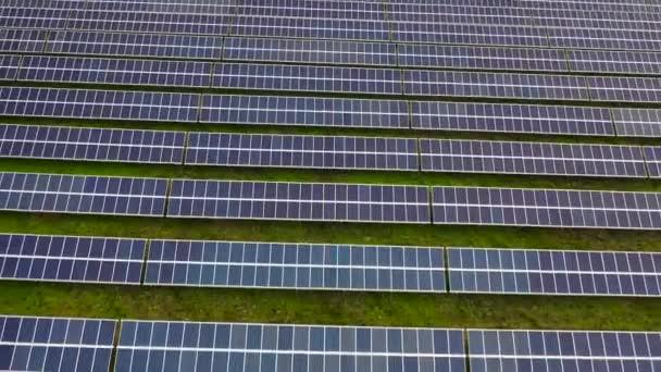 Luftaufnahmen von Hunderten Solarmodulen oder Modulreihen. Große Photovoltaik-Photovoltaik-Anlage mitten in der Wüste aus der Luft