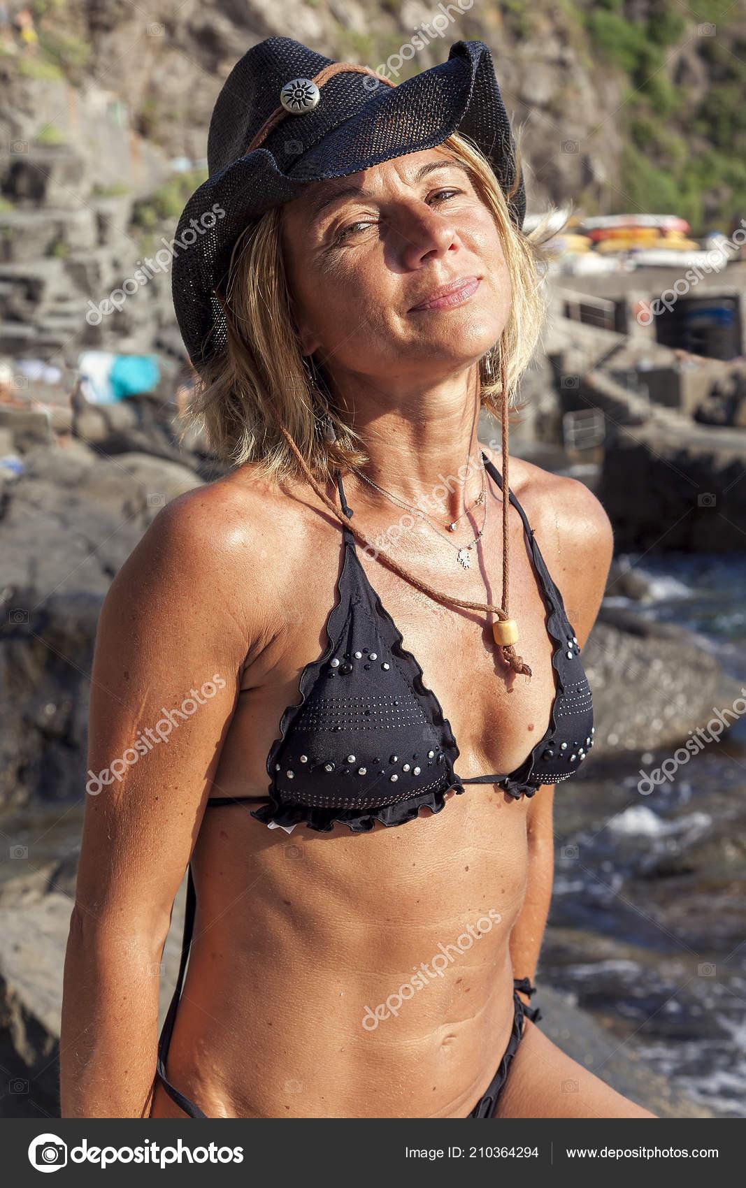 2d2b099491555 Pretty Blonde Woman Cowboy Hat Relaxing Rock Sea — Stock Photo ...