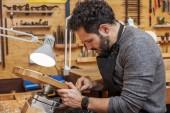 mistr houslař řemeslník začal pracovat na nové housle ve své dílně